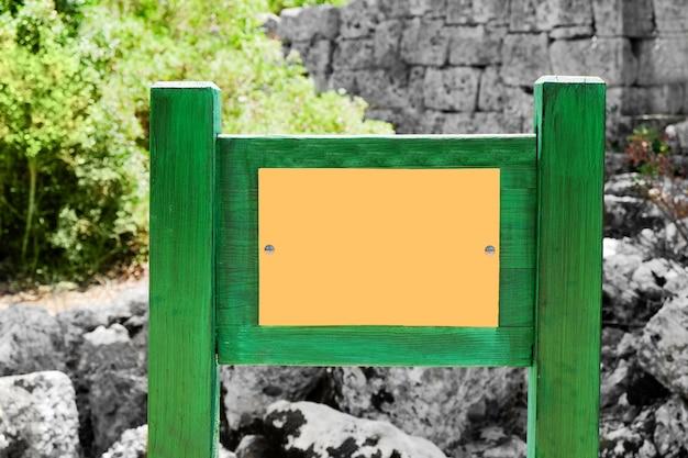 Cartello vuoto nel parco