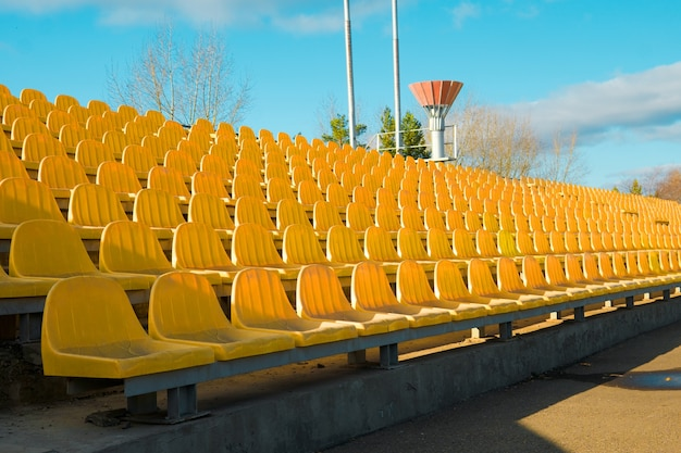 Empty si siede su una tribuna di uno stadio a causa del virus