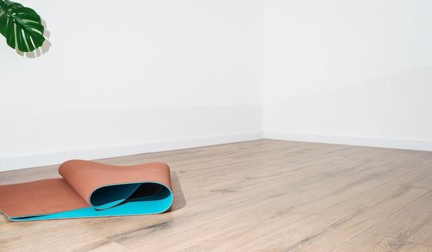 Spazio vuoto in un appartamento per l'autoisolamento a casa.