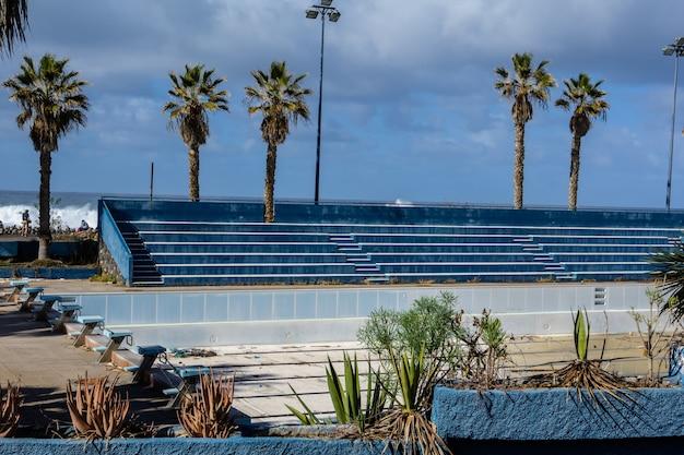Stadio vuoto. quarantena. posti vuoti dello stadio - sfondo