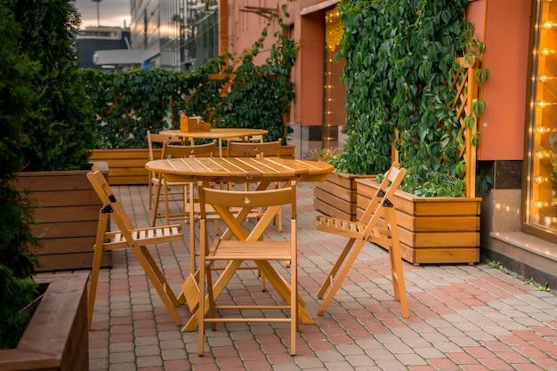 Caffè di strada vuoto sulla piazza di una città europea. foto di alta qualità