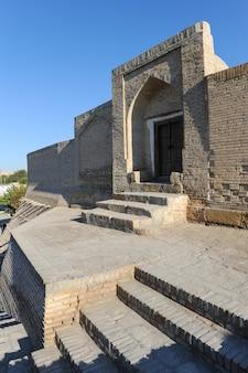 Strada vuota nella vecchia città orientale. gli antichi edifici dell'asia medievale