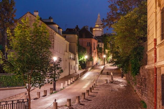 Strada vuota e il sacro cuore di notte, quartiere montmartre a parigi, francia