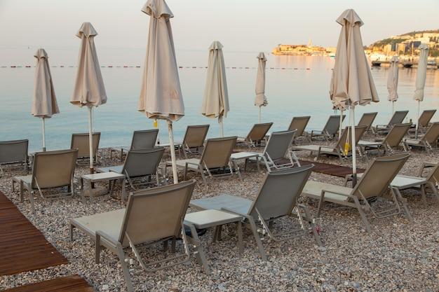 Lettini vuoti in spiaggia, l'inizio della stagione turistica, in attesa dei vacanzieri durante la quarantena.