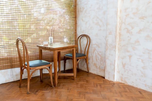 Tavolo e sedia vuoti nella caffetteria e nel ristorante della caffetteria