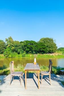 Tavolo vuoto e sedia con vista sul fiume e cielo blu