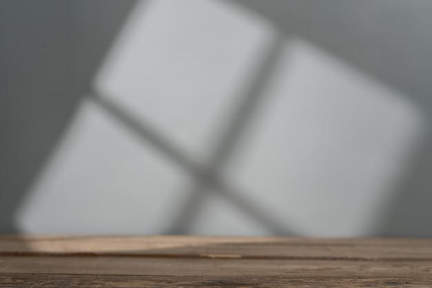 Piano del tavolo vuoto per la presentazione del prodotto con luce della finestra