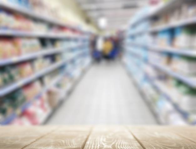 Piano del tavolo vuoto sullo sfondo del supermercato per la presentazione del prodotto