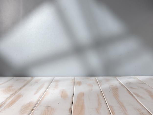 Piano del tavolo vuoto con luce della finestra per la presentazione del prodotto
