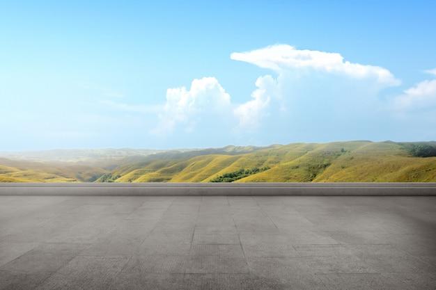 Terrazzo vuoto con vista sulle colline verdi