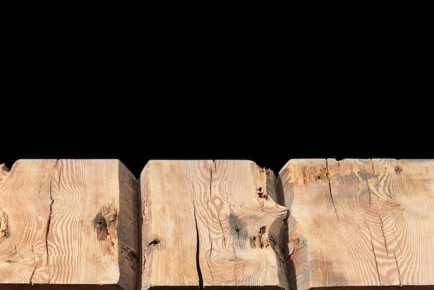 Tavolo in legno strutturato vuoto - negozio di sfondo nero centro commerciale per visualizzare e montare i tuoi prodotti. utilizzato il focus stacking per creare una profondità di campo completa.