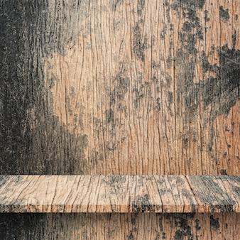 Scaffali o tavola superiori vuoti sul fondo della parete.