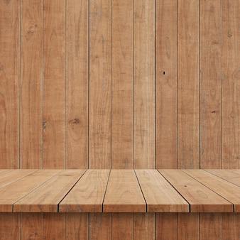Scaffali o tavola di legno vuoti superiori sul fondo della parete.