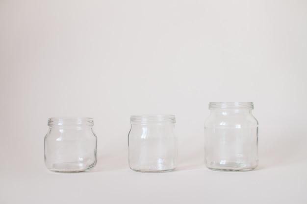 Barattoli trasparenti vuoti per alimenti per l'infanzia su grigio.