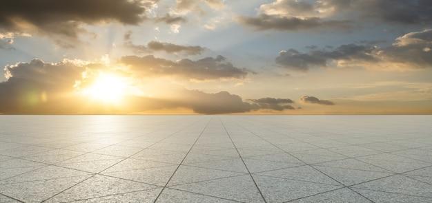 Pavimento in piastrelle di pietra di forma triangolare vuota con cielo