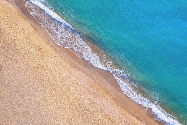 Spiaggia tropicale vuota e acqua cristallina. vista aerea.