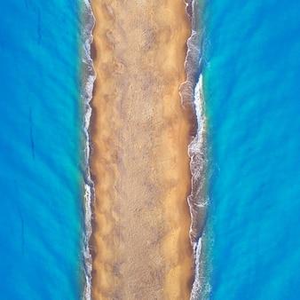 Spiaggia selvaggia tropicale vuota, sabbia chiara e acqua limpida blu. vista aerea.