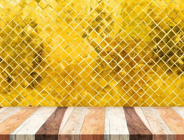 Svuoti il piano d'appoggio di legno tropicale alla parete dorata delle tessere, derisione del modello su per esposizione del vostro prodotto
