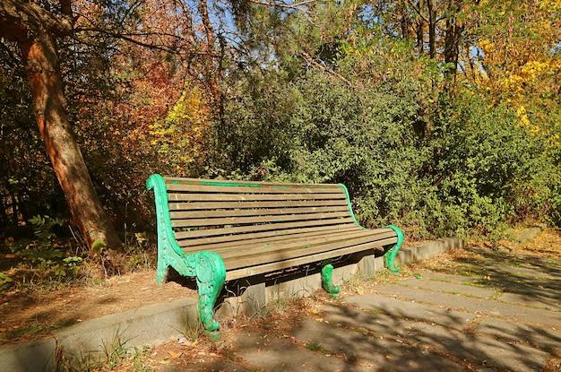 Panchina vintage vuota in un parco autunnale