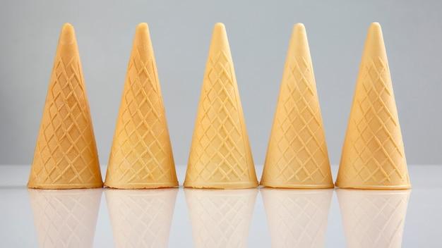 Tazze vuote della cialda su una priorità bassa bianca. preparato per dolci e gelati