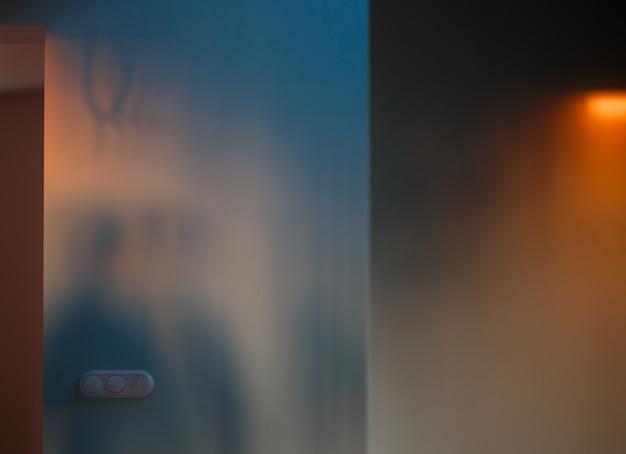 Parete vuota della stanza illuminata dalla luce arancione del tramonto. sfondo astratto.