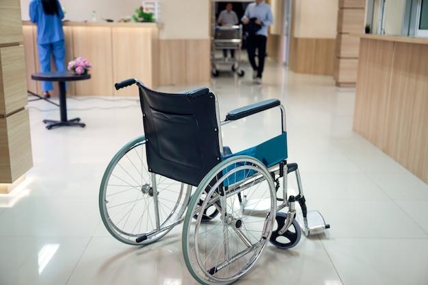 Sedia a rotelle vuota parcheggiata sul corridoio dell'ospedale