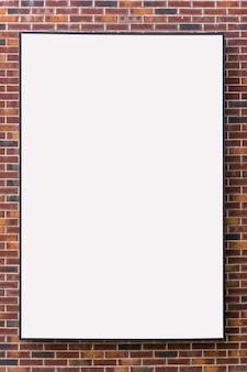 Tabellone per le affissioni bianco vuoto mock up con spazio libero per il tuo design su uno sfondo di muro di mattoni rossi