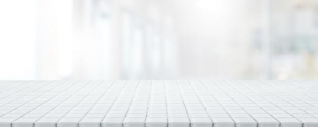 Piano d'appoggio in mosaico ceramico bianco vuoto e sfondo sfocato di caffè e ristorante bokeh.