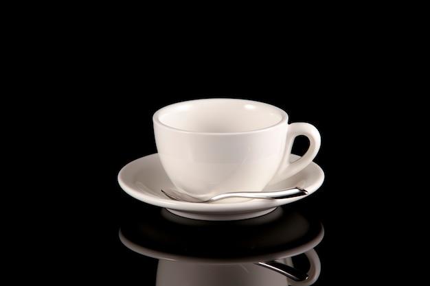 Tazza bianca vuota per caffè o tè