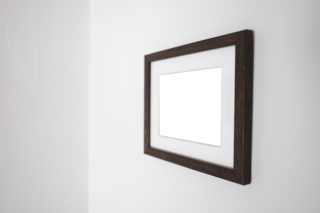 Cornice bianca vuota su un muro per mock up