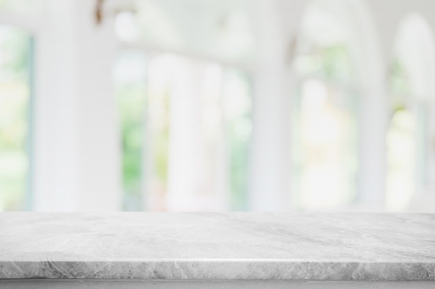Piano del tavolo vuoto in pietra di marmo bianco e sfocatura della finestra interna del caffè e del ristorante banner mock up sfondo astratto - può essere utilizzato per visualizzare o montare i tuoi prodotti.