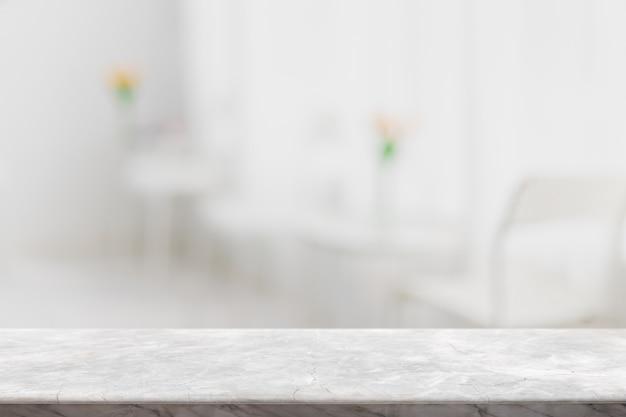 Piano del tavolo vuoto in pietra di marmo bianco e striscione interno del ristorante della finestra di vetro sfocato mock up sfondo astratto - può essere utilizzato per visualizzare o montare i tuoi prodotti.