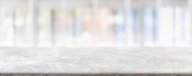 Svuoti il piano d'appoggio di pietra di marmo bianco e l'interno della finestra di vetro della sfocatura
