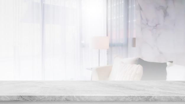 Piano d'appoggio di pietra di marmo bianco vuoto e salone vago nell'interno domestico con il fondo della finestra della tenda - può essere utilizzato per visualizzare o montare i tuoi prodotti.