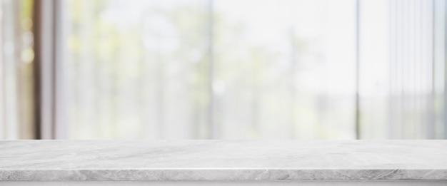 Piano d'appoggio di pietra di marmo bianco vuoto e salone vago nell'interno domestico con il fondo dell'insegna della finestra della tenda. - può essere utilizzato per visualizzare o montare i tuoi prodotti.