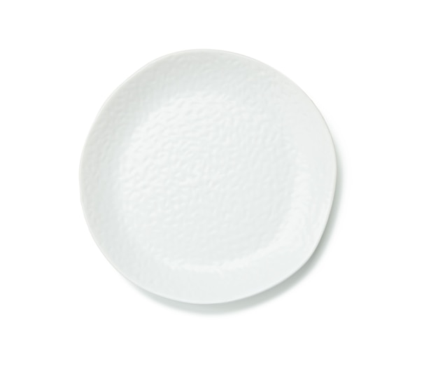 Piatto rotondo bianco vuoto con bordi frastagliati isolati