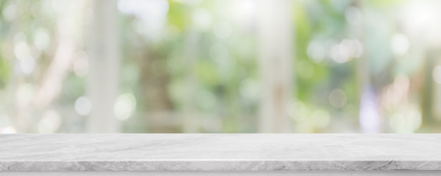 Piano d'appoggio in marmo bianco vuoto e interni sfocati