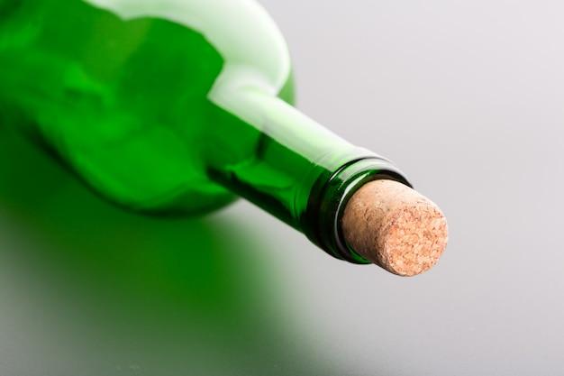 Bottiglia di vino vuota con il primo piano del sughero