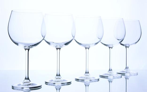 Bicchieri di vino vuoti disposti andd su bianco