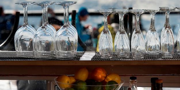 Vetri di vino e calici vuoti al contatore del bar, whistler, columbia britannica, canada