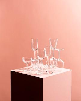 Bicchieri di vino vuoti per la festa sulla scatola del cubo, concetto di blocco