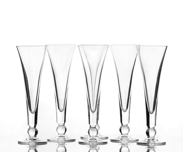Bicchieri da vino vuoti per vino su sfondo bianco