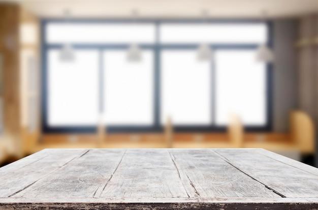 Svuoti del piano d'appoggio di legno su sfuocatura del fondo di vetro di finestra di mattina. per il tuo fotomontaggio o la visualizzazione del prodotto Foto Premium