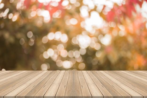 Svuoti il piano d'appoggio di legno sul fondo astratto vago di autunno