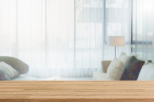 Piano d'appoggio di legno vuoto ed interno domestico vago con il fondo della finestra della tenda. - può essere utilizzato per visualizzare o montare i tuoi prodotti. Foto Premium