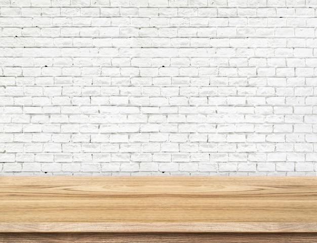 Tavola di legno vuota e muro di mattoni bianco nel fondo. modello di visualizzazione del prodotto.