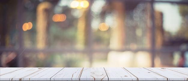 Tavolo in legno vuoto bianco