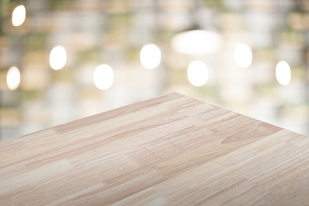 Tavolo in legno vuoto con sfondo sfocato per visualizzare il tuo prodotto