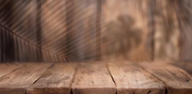Legno vuoto con foglie tropicali ombra su fondo di legno