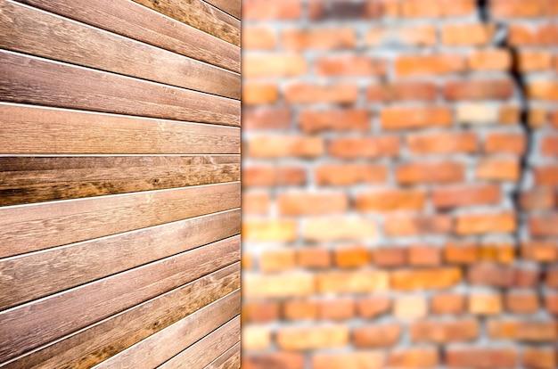 Tavola di legno vuota su sfondo di mattoni rossi